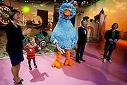 De schrijvers van het Pinolied, staan op de set met Pino, Hennie Vrienten en Arjan. Winnaars van de diverse wedstrijden ter gelegenheid van het 35-jarig bestaan van Sesamstraat in Nederland mogen een kijkje achter de schermen nemen. Er wordt onder andere een nieuw decorstuk, ontworpen door de winnaars, onthuld.<br /> <br /> Children and their parents are invited to visit the set of Sesame street as part of the celebration of 35 years of Sesame Street in The Netherlands.