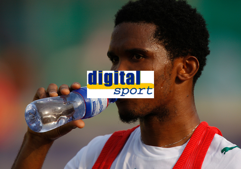 Photo: Steve Bond/Richard Lane Photography.<br />Egypt v Cameroun. Africa Cup of Nations. 22/01/2008. Samuel Eto'o of Barcelona and Cameroon takes on liquid during training