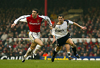 Fotball: Liverpool  Michael Owen has his shirt pulled by Arsenal Martin Keown who was sent off for this offence during the FA Cup 4th Round match at Highbury, London. 27.01.2002.<br />