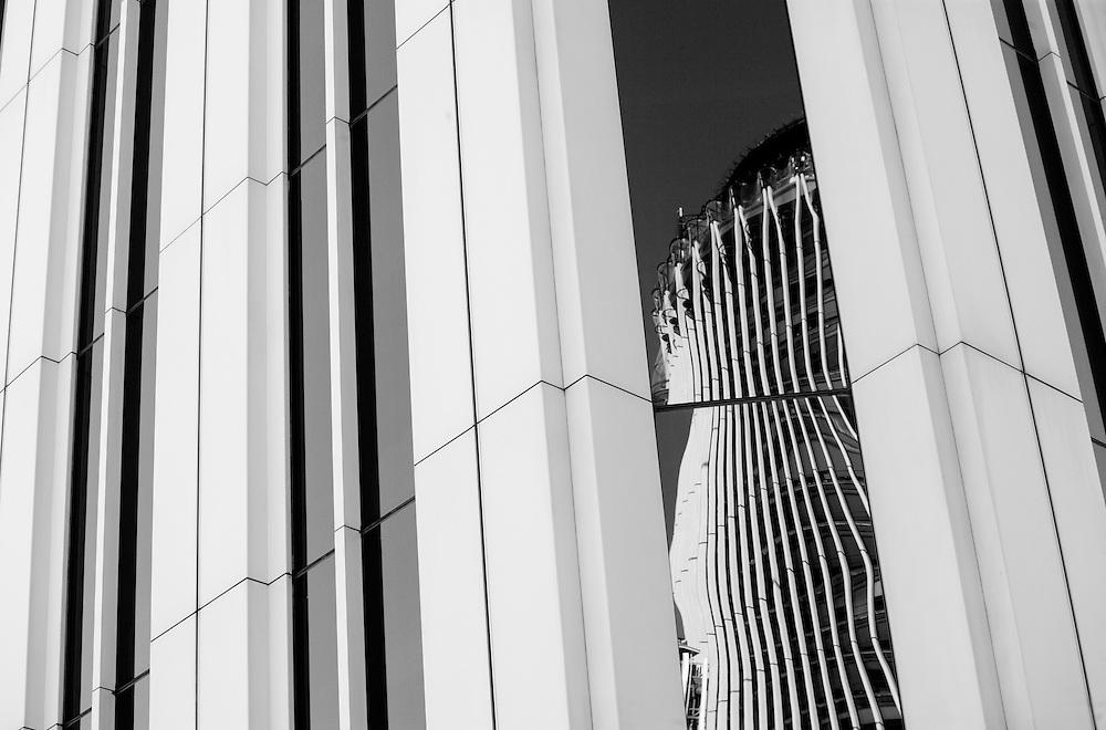 Torre Europa, reflejada en la Torre Picasso, en Madrid.