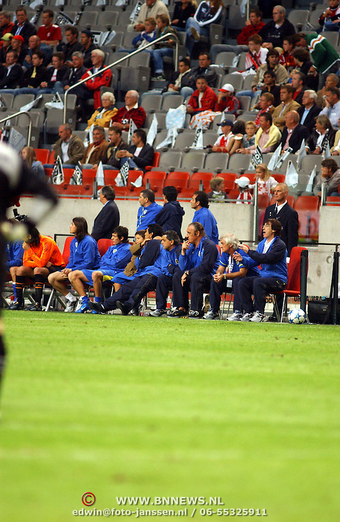 NLD/Amsterdam/20050731 - LG Amsterdam Tournament 2005, Ajax - Boca Juniors, Diego maradona en neefje knuffelen elkaar