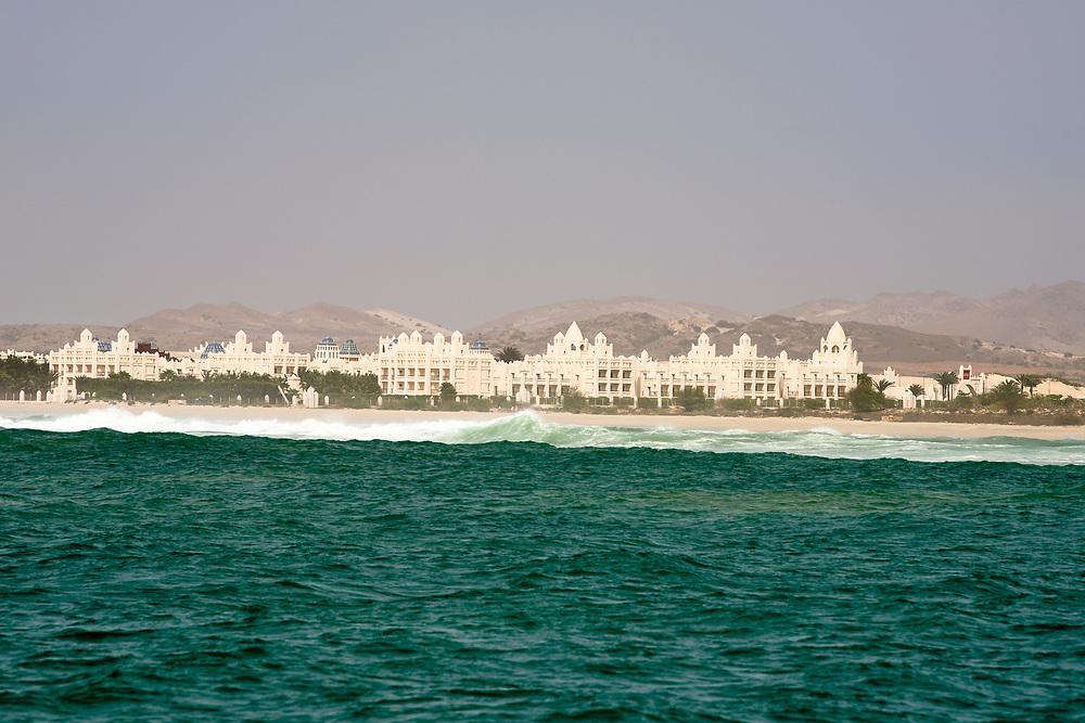 View of the hotel Riu Karamboa since the sea. Vue de l'hôtel Riu Karamboa depuis la mer.