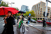 In Amsterdam-Zuid rijden fietsers door de regen.<br /> <br /> In Amsterdam cyclists ride in the rain.