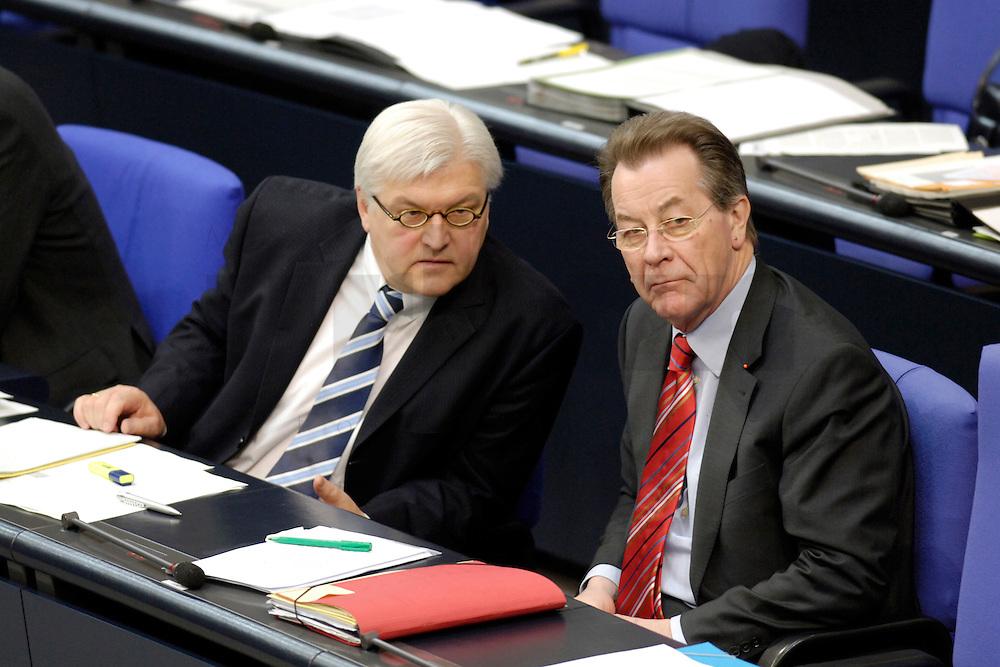 17 MAR 2006, BERLIN/GERMANY:<br /> Frank-Walter Steinmeier (L), SPD, Bundesaussenminister, und Franz Muentefering (R), SPD, Bundesarbeitsminister, waehrend der Bundestagsdebatte, Regierungserklaerung zum Europaeischen Rat, Plenum, Deutscher Bundestag<br /> IMAGE: 20060317-01-045<br /> KEYWORDS: Franz M&uuml;ntefering
