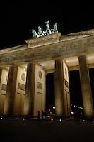 04 MAR 2005, BERLIN/GERMANY:<br /> Brandenburger Tor bei Nacht<br /> Brandenburg Gate by night<br /> IMAGE: 20050304-02-009<br /> KEYWORDS: Nachtaufnahme