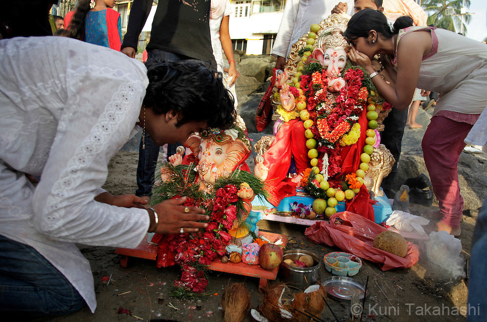 Hindu devotees worship a ganesha idles prior to immersing them into the sea in Mumbai, India on Sep 15, 2010 on the 5th day of Ganpati festival. The 10-day hindu festival, celebrating the birthday of Lord Ganesha who is widely worshiped as the god of wisdom, prosperity and good fortune, attracts tens of thousands people..Photo by Kuni Takahashi