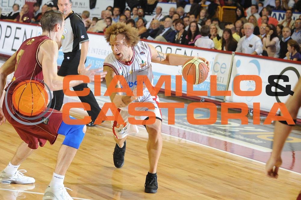 DESCRIZIONE : Venezia Lega A2 2008-09 Umana Reyer Venezia Cimberio Varese <br /> GIOCATORE :  Nikagbatse<br /> SQUADRA : Cimberio Varese<br /> EVENTO : Campionato Lega A2 2008-2009 <br /> GARA : Umana Reyer Venezia Cimberio Varese<br /> DATA : 09/11/2008<br /> CATEGORIA : Palleggio<br /> SPORT : Pallacanestro <br /> AUTORE : Agenzia Ciamillo-Castoria/M.Gregolin