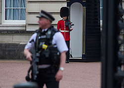 © Licensed to London News Pictures. 04/05/2017. London, UK. Armed police watch over the Queens Guard at Buckingham Palace, the home of Queen Elizabeth II, where an emergency meeting of staff has reportedly been called. An announcement by the Palace is is expected this morning.  Photo credit: Ben Cawthra/LNP