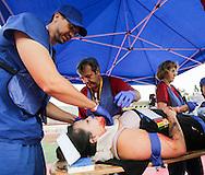 当地时间10月15日,医疗人员为一名模拟脛部受伤的&ldquo;伤者&rdquo;救治。当天,在美国加利福尼亚州洛杉矶举行了第八届年度全球最大规模地震演习&ldquo;大摇晃&rdquo; (Great ShakeOut). 主办机构表示,加州有1,004万人签署参与,在全球其他地震区也有超过2000万人参与。(新华社发 赵汉荣摄)<br /> Members of Search And Rescue team give treatment to a mock victim during California's annual full-scale earthquake drill to prepare for a potential magnitude-6.7 earthquake in Los Angeles, California, Thursday, October. 15, 2015. About 10.4 million Californians and 21.5 million people worldwide who took part in safety drills and aftermath and recovery exercises in observance of the eighth annual Great ShakeOut.  (Xinhua/Zhao Hanrong)(Photo by Ringo Chiu/PHOTOFORMULA.com)