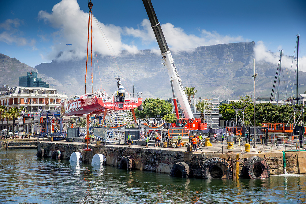 © Maria Muina I MAPFRE. Re-launching the boat into the water after the refit in Cape Town. El MAPFRE vuelve al agua después de la puesta a punto en Cape Town.