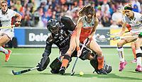 AMSTELVEEN -  Lidewij Welten (Ned) belaagt Keeper Aisling D'hooghe (Bel)  tijdens Belgie-Nederland (dames) bij de Rabo EuroHockey Championships 2017.  rechts Aline Fobe (Bel) COPYRIGHT KOEN SUYK