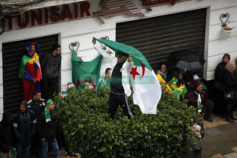 March 22, 2019 - Algiers, Algeria - Algerian protesters are demonstrating for the fifth consecutive Friday in Algiers, Algeria on March 22, 2019 to protest the extension of President Abdelaziz Bouteflika's term and calling for an immediate change. (Credit Image: © Billal Bensalem/NurPhoto via ZUMA Press)