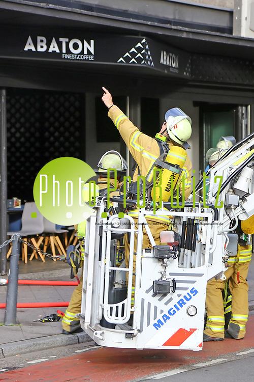 Mannheim. 30.06.17 | Brand in der Innenstadt<br /> Innenstadt. N7. Brand in einer Bar.<br /> Zu einem gr&ouml;&szlig;eren R&uuml;ckstau von Lieferfahrzeugen in der Kunststra&szlig;e f&uuml;hrt derzeit ein Brand in der Mannheimer Innenstadt. Wegen der L&ouml;scharbeiten ist die Kunststra&szlig;e derzeit noch gesperrt. Die Feuerwehr war am Morgen zu einer Verpuffung in einem Gastronomiebetrieb gerufen worden. Tats&auml;chlich brannte es in der K&uuml;che. Das Feuer f&uuml;hrte zu einer starken Rauchentwicklung. Zeitweise waren zwei L&ouml;schz&uuml;ge der Berufsfeuerwehr und die Freiwillige Feuerweh Innenstadt im Einsatz. Derzeit werden die Schl&auml;uche eingerollt, die Einsatzstelle wohl in kurzer Zeit freigegeben. Bei dem Brand zogen sich drei Personen Rauchgasvergiftungen zu. Sie kamen zur Behandlung ins Krankenhaus.<br /> <br /> <br /> BILD- ID 0421 |<br /> Bild: Markus Prosswitz 30JUN17 / masterpress (Bild ist honorarpflichtig - No Model Release!)