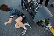 Jan Bos stapt uit de VeloX 6 tijdens de vierde racedag. In Battle Mountain (Nevada) wordt ieder jaar de World Human Powered Speed Challenge gehouden. Tijdens deze wedstrijd wordt geprobeerd zo hard mogelijk te fietsen op pure menskracht. Het huidige record staat sinds 2015 op naam van de Canadees Todd Reichert die 139,45 km/h reed. De deelnemers bestaan zowel uit teams van universiteiten als uit hobbyisten. Met de gestroomlijnde fietsen willen ze laten zien wat mogelijk is met menskracht. De speciale ligfietsen kunnen gezien worden als de Formule 1 van het fietsen. De kennis die wordt opgedaan wordt ook gebruikt om duurzaam vervoer verder te ontwikkelen.<br /> <br /> In Battle Mountain (Nevada) each year the World Human Powered Speed Challenge is held. During this race they try to ride on pure manpower as hard as possible. Since 2015 the Canadian Todd Reichert is record holder with a speed of 136,45 km/h. The participants consist of both teams from universities and from hobbyists. With the sleek bikes they want to show what is possible with human power. The special recumbent bicycles can be seen as the Formula 1 of the bicycle. The knowledge gained is also used to develop sustainable transport.