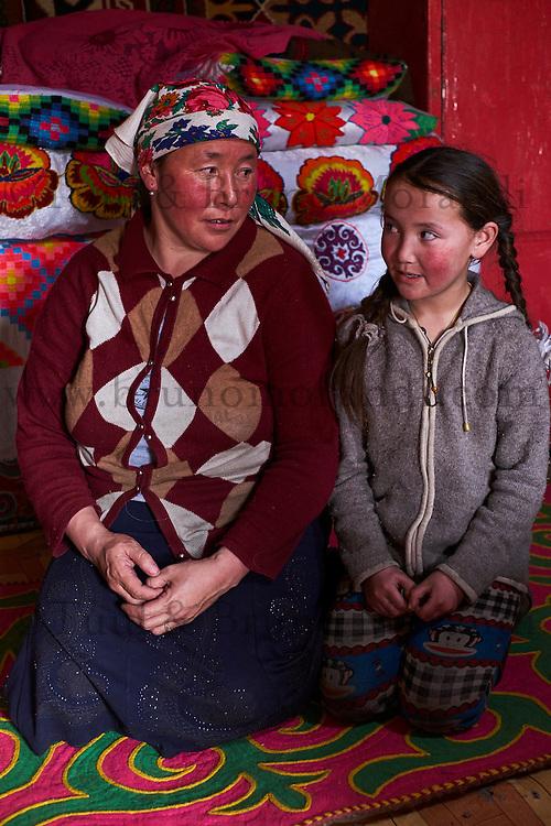 Mongolie, province de Bayan-Olgii, paysage en hiver, famille kazakhe, jeune fille et sa mere // Mongolia, Bayan-Olgii province, landscape in winter, Kazakh family, Kazakh young girl with her mother