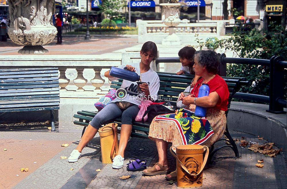 Montevideu,Uruguai.Fev,2000..Mulheres tomando mate na praca.Foto © Adri Felden/Argosfoto.www.argosfoto.com.br