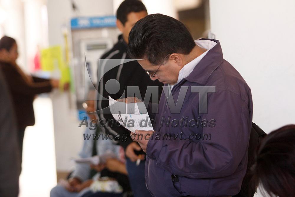 TOLUCA, México.- A unos cuantos días de haber comenzado el año ya son varias las personas que se encuentran buscando una oportunidad de trabajo y mejorar sus ingresos, tal es el caso de las personas que se reunieron en las inmediaciones de la Concha Acústica para ver las ofertas de empleo. Agencia MVT / Crisanta Espinosa. (DIGITAL)