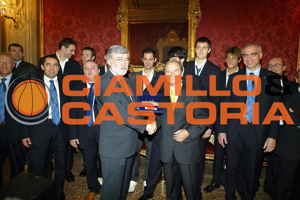 DESCRIZIONE : BOLOGNA CAMPIONATO LEGA A1 2005-2006 <br /> GIOCATORE : COFFERATI-PALUMBI-TEAM CLIMAMIO FORTITUDO BOLOGNA <br /> SQUADRA : CLIMAMIO FORTITUDO BOLOGNA <br /> EVENTO : CAMPIONATO LEGA A1 2005-2006 CLIMAMIO FORTITUDO BOLOGNA IN COMUNE <br /> GARA : CLIMAMIO FORTITUDO BOLOGNA IN COMUNE <br /> DATA : 20/06/2005 <br /> CATEGORIA : Premiazione <br /> SPORT : Pallacanestro <br /> AUTORE : Agenzia Ciamillo-Castoria/L.Villani