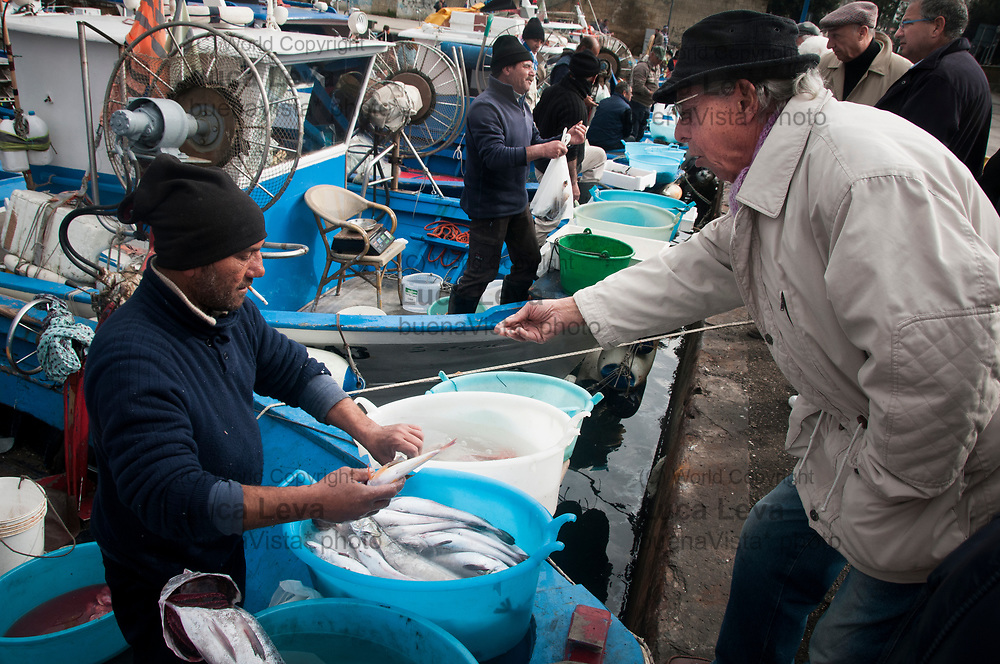 vendita del pesce al mercato al porto di Pozzuoli;<br />