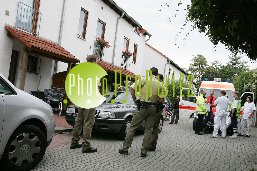Mannheim. T&ouml;tungsdelikt fordert zwei Opfer - <br /> Tatverd&auml;chtiger festgenommen<br /> <br />    Am Dienstag Nachmittag, kurz nach 16.00 Uhr, wurde die Polizei zu <br /> einem Einfamilien-Reihenhaus im Rheinauer Fridtjof-Nansen-Weg <br /> gerufen. In der Wohnung fanden die Beamten eine 41j&auml;hrige Frau und <br /> einen Mann (47 Jahre alt) mit jeweils lebensgef&auml;hrlichen <br /> Schussverletzungen vor. Trotz des schnellen Einsatzes des Notarztes <br /> verstarben die Aufgefundenen noch am Tatort, der von der Polizei <br /> abgeriegelt wurde.<br /> <br />    Aufgrund erster Anhaltspunkte zur Tat wurde eine Fahndung nach <br /> einem Verd&auml;chtigen eingeleitet, der sich kurze Zeit sp&auml;ter beim <br /> Polizeiposten Rheinau stellte. Es handelt dabei um den Ehemann der <br /> Get&ouml;teten.<br /> <br />    Die Beamten stellten das Fahrzeug des Festgenommen sicher, in dem <br /> sich eine Schusswaffe befand. Ob es sich dabei um die Tatwaffe <br /> handelt, muss noch festgestellt werden. Der 44j&auml;hrige wird zur Zeit <br /> im Polizeipr&auml;sidium vernommen.<br /> <br />    Zu den Hinterg&uuml;nden der Tat k&ouml;nnen derzeit noch keine Angaben <br /> gemacht werden. Die Kriminalpolizei Mannheim hat die Ermittlungen <br /> &uuml;bernommen, Kriminaltechniker und Gerichtsmediziner haben ihre Arbeit<br /> aufgenommen. Kriminaldirektor Gerhard Regele informierte sich vor Ort<br /> &uuml;ber die Ereignisse.<br /> <br />    Weitere Einzelheiten zu dem Vorfall werden fr&uuml;hestens im Laufe des<br /> morgigen Tages, in einer gemeinsamen Presseerkl&auml;rung der <br /> Staatsanwaltschaft Mannheim und des Polizeipr&auml;sidiums Mannheim <br /> bekanntgegeben.<br /> <br /> Bild: Markus Pro&szlig;witz <br /> Bilder auch online abrufbar - Neue-/ und Archivbilder. www.masterpress.org