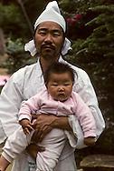 Chonhakdong traditional confucianist village  Chonhakdong traditional confucianist village .  Father and his son.     Korea   village traditionnel confucianiste de Chonhakdong  Un père et son enfant         Coree  //////R28/17    L2634  /  R00028  /  P0003011