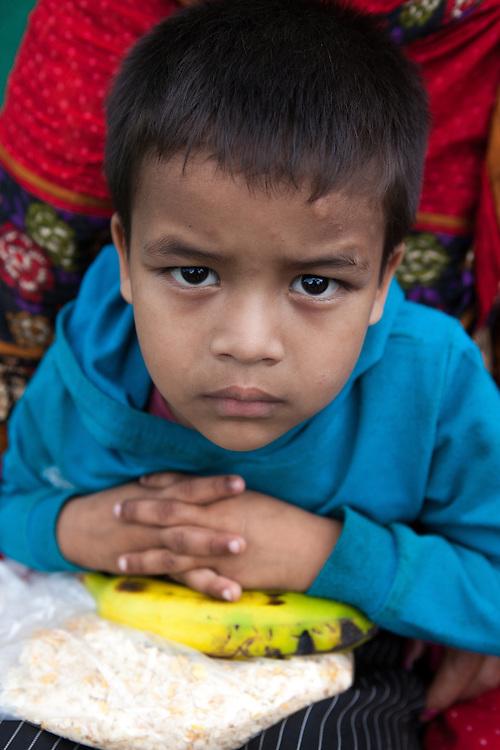 Jongetje in een tentenkamp in het centrum van Kathmandu.
