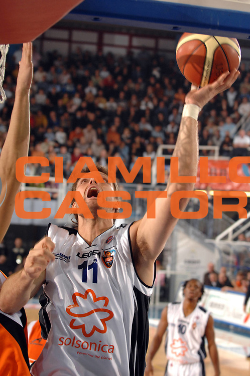 DESCRIZIONE : Rieti Lega A1 2007-08 Solsonica Rieti Snaidero Udine<br /> GIOCATORE : Wade Helliwell<br /> SQUADRA : Solsonica Rieti<br /> EVENTO : Campionato Lega A1 2007-2008 <br /> GARA : Solsonica Rieti Snaidero Udine<br /> DATA : 04/11/2007 <br /> CATEGORIA : penetrazione tiro<br /> SPORT : Pallacanestro <br /> AUTORE : Agenzia Ciamillo-Castoria/E.Grillotti