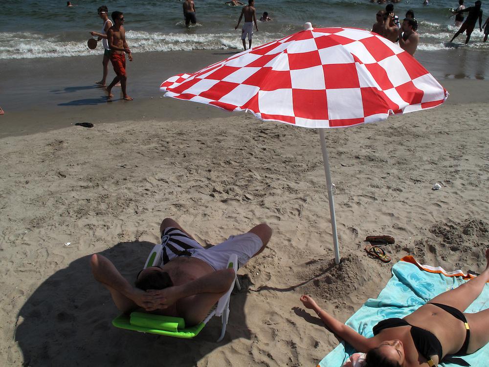 Coney Island New York Schirm Sonnenschirm Wetter Strand Sonne Sonnenschutz Parasol Umbrella..From the series 'Umbrellas' © Stefan Falke
