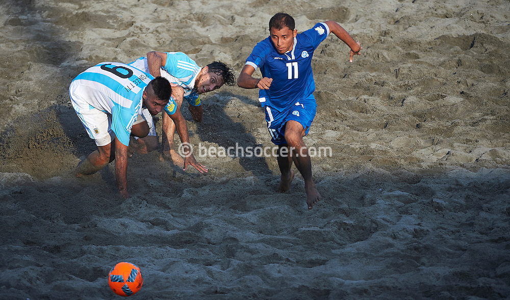 Frank of El Salvador looks to pull clear of two Argentina opponents at the Copa Pilsener 2016.