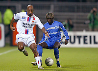 Fotball<br /> Frankrike 2004/05<br /> Lyon v Auxerre<br /> 27. november 2004<br /> Foto: Digitalsport<br /> NORWAY ONLY<br /> SYLVAIN WILTORD (LYON) / BACARY SAGNA (AUX)