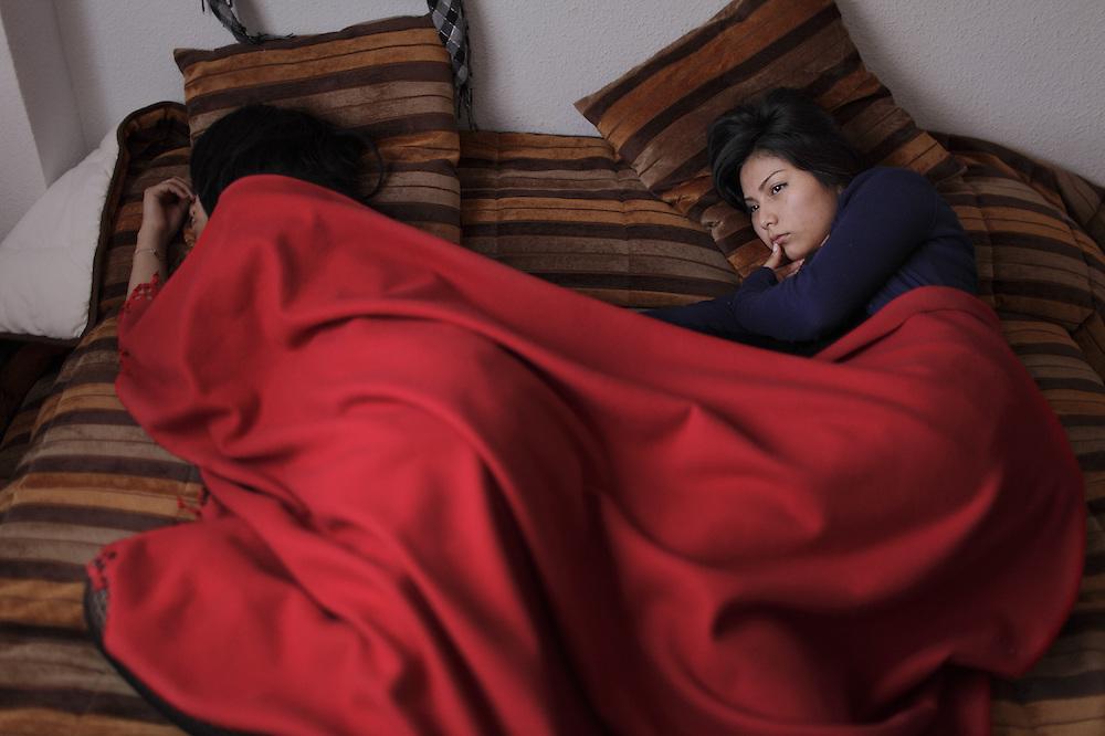 Comparte habitación y cama con su hermana. La siesta del domingo.