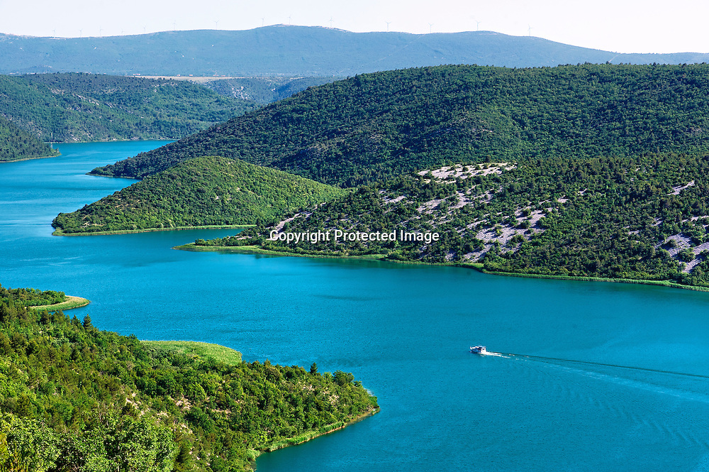 La rivière Krka sillone dans un canyon karstique jusqu'à la mer Adriatique.