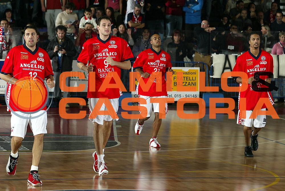 DESCRIZIONE : Biella Lega A1 2005-06 Angelico Biella Lottomatica Virtus Roma<br />GIOCATORE : Frosini Cusin Smith Williams<br />SQUADRA : Angelico Biella<br />EVENTO : Campionato Lega A1 2005-2006<br />GARA : Angelico Biella Lottomatica Virtus Roma<br />DATA : 20/11/2005<br />CATEGORIA : Riscaldamento<br />SPORT : Pallacanestro<br />AUTORE : Agenzia Ciamillo-Castoria/S.Ceretti