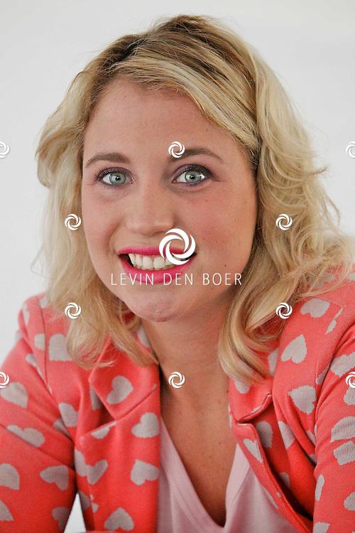NIEUWEGEIN - Op maandag 17 oktober presenteren de samenwerkende supermarkten EMTE, Coop, Hoogvliet, Deen, Poiesz, Boni, JanLinders, Spar, DekaMarkt en Golff en A‐merk fabrikanten Douwe Egberts, Unilever, Verkade, Heinz, Kimberly-Clark, Friesland Campina, Nutricia en Leaf een primeur met de lancering van de Anubis Reality Cards Spaaractie.  Met op de foto Iris Hesseling. FOTO LEVIN DEN BOER - PERSFOTO.NU