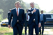 Koning Willem Alexander brengt  in Hilvarenbeek een werkbezoek aan een aantal initiatieven die vanuit de samenleving zijn gestart. De initiatieven dragen bij aan de leefbaarheid en toekomstbestendigheid van de dorpen die deel uitmaken van de gemeente Hilvarenbeek.<br /> <br /> King Willem Alexander is in Hilvarenbeek a working visit to a number of initiatives that have started from society. The initiatives contribute to the liveability and future-proofing of the villages that are part of the municipality of Hilvarenbeek.<br /> <br /> Op de foto:  De Koning bezoekt  'de Melkfabriek', een kunstwerk ( koe ) in aanbouw op een wandel- en kunstroute door het natuurgebied rondom Esbeek. <br /> <br /> The King visits 'de Melkfabriek', a work of art (cow) under construction on a walking and art route through the nature reserve around Esbeek.