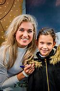AMSTERDAM - britt dekker en Esra van paardenpraat tv met een fan ROBIN UTRECHT