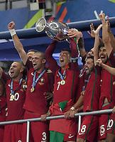 FUSSBALL EURO 2016 FINALE IN PARIS  Portugal - Frankreich          10.07.2016 Siegerehrung: Cristiano Ronaldo hat endlich den Pokal in der Hand