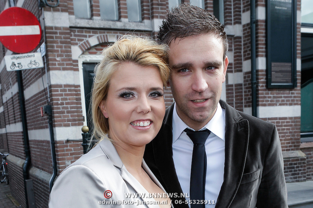 NLD/Edam/20120512 - Persmoment huwelijk Simon Keizer en Annemarie Hoek, Jenny Smit en partner Laurens