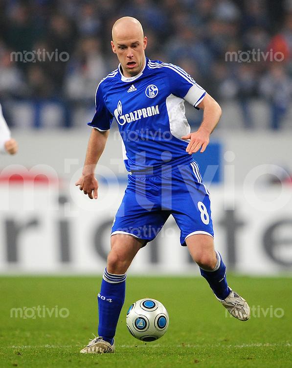 FUSSBALL   1. BUNDESLIGA   SAISON 2008/2009   16. SPIELTAG FC Schalke 04 - Hertha BSC Berlin                           06.12.2008 Fabian ERNST (FC Schalke 04) Einzelaktion am Ball