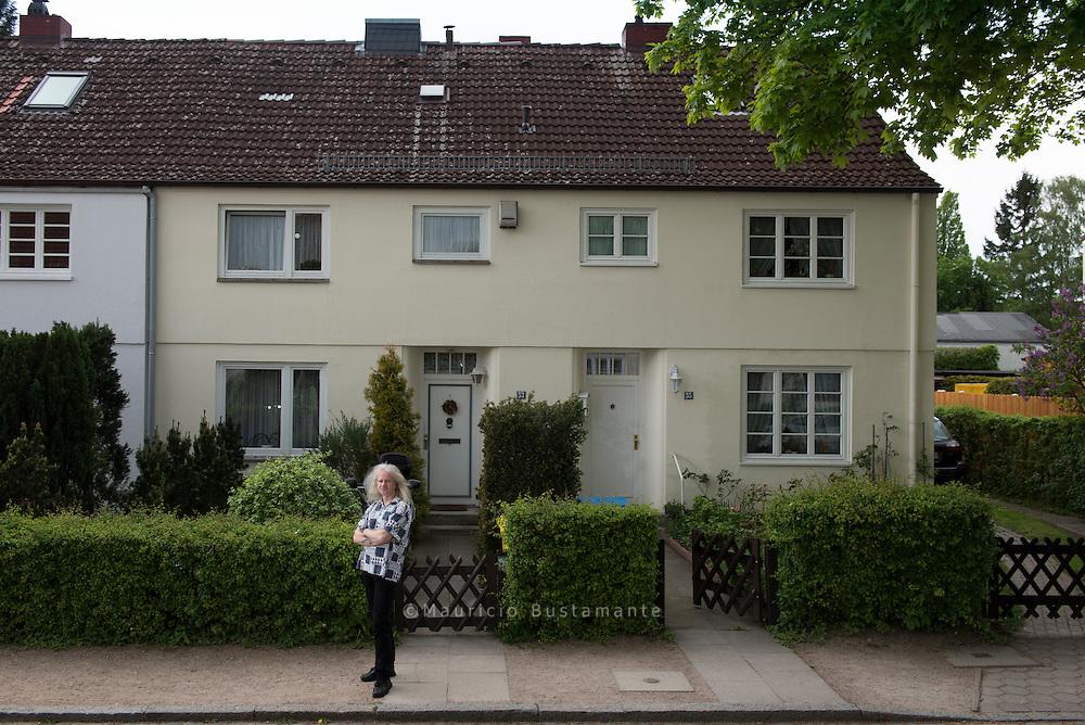 """Die ersten Häuser: Steenkampsiedlung Die ersten Häuser%0AOhne die Bahrenfelder Steenkampsiedlung gäbe es die Saga%0Anicht. Max Brauer gründete das Unternehmen, um die ab%0A1914 errichteten Häuser von einer Baugesellschaft zu übernehmen,%0Adie sich finanziell verhoben hatte. Die Gartenstadt%0Agalt als Musterbeispiel fürs städtische Wohnen im Grünen,%0Adas Wohnrecht wurde hier vererbt.%0AMatthias Raabe wurde in dem Haus im Grotenkamp%0Ageboren, in dem er heute noch lebt. 2005 machte die Saga ihm ein verlockendes Angebot: Ob er das kleine Reihenhaus%0Anicht günstig kaufen wolle%3F Der 57-jährige Fotograf und seine%0AFrau zögerten nicht lange: """"Die Saga hat die Häuser viele%0AJahre lang vernachlässigt, die Mieten aber trotzdem immer%0Awieder erhöht."""" 110.000 Euro zahlten die Raabes für 89 Quadratmeter%0AWohnfläche und 245 Quadratmeter Land. """"Heute%0Awürden wir 350.000 Euro dafür bekommen"""", sagt Raabe."""