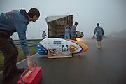 In alle vroegte wordt de VeloX IV uitgeladen voor de eerste recordpoging. In Duitsland probeert het Human Power Team Delft en Amsterdam (HPT), dat bestaat uit studenten van de TU Delft en de VU Amsterdam, het uurrecord te verbreken op de Dekrabaan met de VeloX4. Dat staat momenteel op 90,4 km. In september wil het HPT daarna een poging doen het wereldrecord snelfietsen te verbreken, dat nu op 133 km/h staat tijdens de World Human Powered Speed Challenge.<br /> <br /> The Human Power Team Delft and Amsterdam, consisting of students of the TU Delft and the VU Amsterdam, tries to set a new hour record on a bicycle with the special recumbent bike VeloX4. The current record is 90,4 km. They also wants to set a new world record cycling in September at the World Human Powered Speed Challenge. The current speed record is 133 km/h.