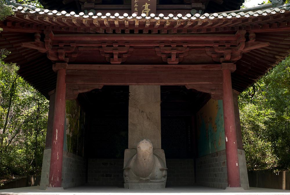 Nankin, Chine. Tombe du Roi de Boni. Pavillon abritant une st&egrave;le comm&eacute;morative port&eacute;e par une tortue. C'est la tombe de Manarejiana - Sultan Abdul Majid Hassan - le Roi de Boni, le Brunei d'aujourd'hui. Elle date du XVe si&egrave;cle et c'est l'une des deux tombes de chefs d'&eacute;tats &eacute;trangers en Chine.<br /> <br /> Nanjing, China. Tomb of the King of Boni. The Pavilion with a tortoise-held stele in memory of the king of Boni. Built in the early 15th century, the tomb holds the remains of Manarejiana (Sultan Abdul Majid Hassan), ruler of Boni, the present day Brunei. This is one of the two foreign rulers' tombs in China.