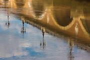 Reflets dans l'eau de la Garonne du pont de pierre // Relections on water of pont de pierre stone bridge
