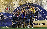 FUSSBALL  WM 2018  FINALE  ------- Frankreich - Kroatien    15.07.2018 Frankreich bejubelt den WM Sieg und stellt sich zum Gruppenfoto auf. FIFA-Praesident Gianni Infantino (ganz links, Schweiz) wendet sich mit den Haenden vor dem Gesicht ab