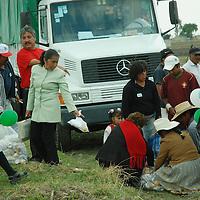 """Jiquipilco, Méx.- Habitantes de Jiquipilco, se forman para recibir su """"lounch"""" despues del evento de entrega de obras realizado por el gobernador del estado. Agencia MVT / José Hernández. (DIGITAL)<br /> <br /> <br /> <br /> NO ARCHIVAR - NO ARCHIVE"""