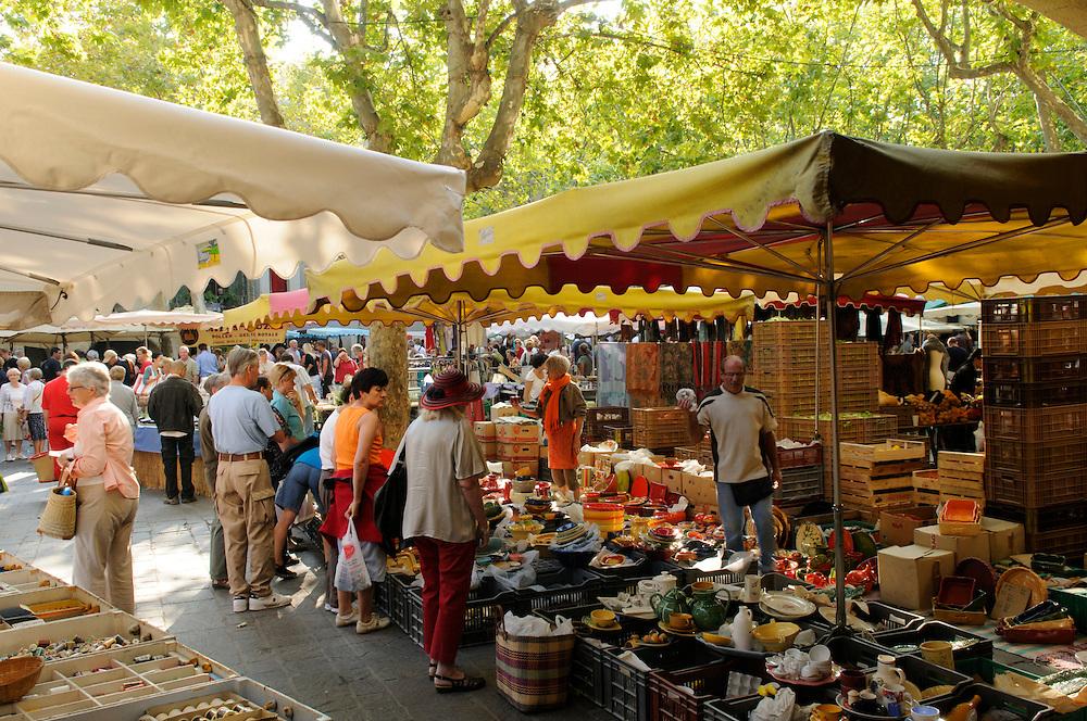 France, Languedoc Roussillon, Gard (30), Uzès, le marché, place aux herbes