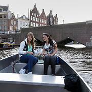 NLD/Amsterdam/20120812 - Varen door de Amsterdamse grachten, Linda en Diana aan het roer