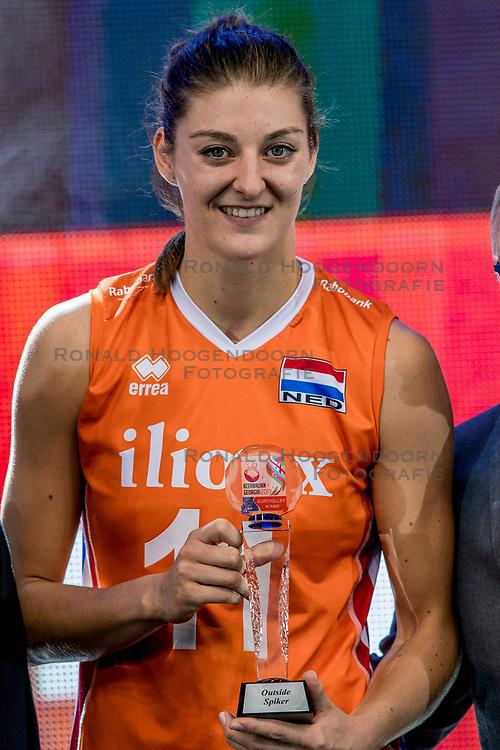 01-10-2017 AZE: Final CEV European Volleyball Nederland - Servie, Baku<br /> Nederland verliest opnieuw de finale op een EK. Servi&euml; was met 3-1 te sterk / Award voor Anne Buijs #11 of Netherlands