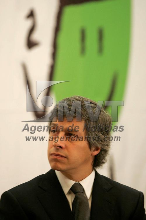 Toluca, Mex.- Claudio X. Gonzalez, presidente de Fundacion Televisa, durante la entrega de becas a docentes para un Diplomado en Formacion de Competencias, otorgadas por la Asociacion de Bancos de Mexico, Fundacion Televisa y el Gobierno del Estado de México. Agencia MVT / Javier Rodriguez. (DIGITAL)<br /> <br /> <br /> <br /> NO ARCHIVAR - NO ARCHIVE