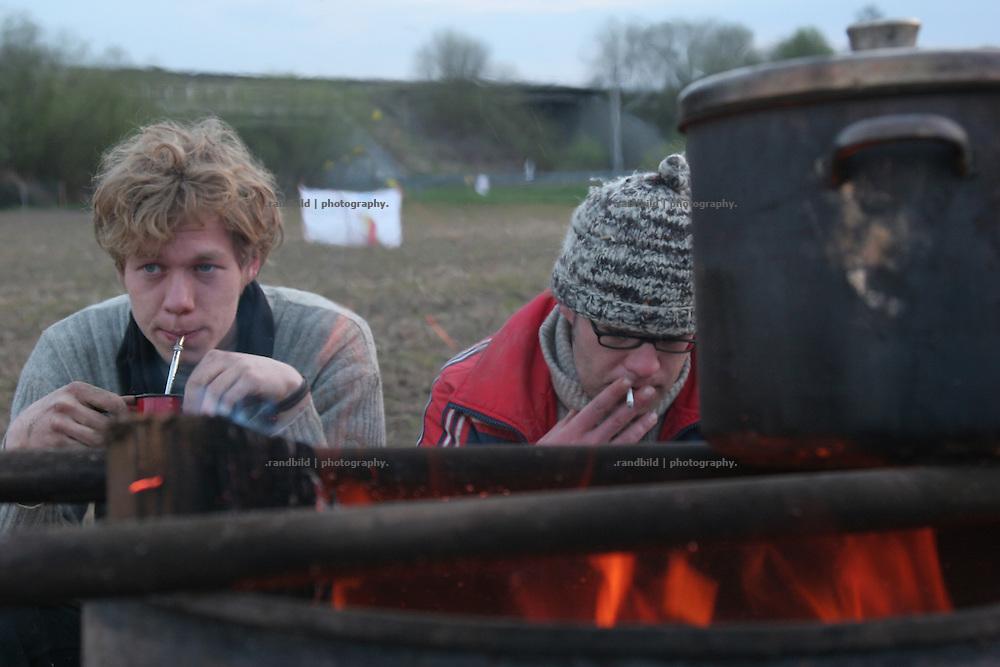 Rund 20 junge Demonstranten halten Mitte April 2008 ein Feld bei Northeim in Niedersachsen besetzt. Mitten im Matsch haben sie Zelte und einen großem Turm aufgebaut. Mit der Besetzung des rund 4.000 Quadratmeter großen Ackers wollen die Aktivisten das Saatgutunternehmen KWS zur Aufgabe des Versuchs mit genveränderten Monsanto-Zuckerüben bewegen. In the middle of Spring about 20 Activists have occupied a field by a tent camp near Northeim in northern Germany. The group want to prevent the sowing of genetic modified sugar beets by the KWS Company.